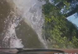 Lavori fatti male: l'auto senza freni finisce nel fiume L'automobilista stava uscendo da in un'officina di Tambov, nella Russia sud-occidentale - CorriereTV