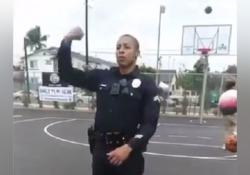 Los Angeles, il poliziotto diventa una star del web con un canestro magico Fino a qualche giorno fa era semplicemente l'agente George - Dalla Rete