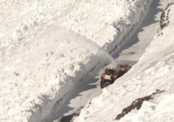 Muri di neve alti 12 metri: lo sgombero sui passi dell'Alto Adige Neve record sul passo Rombo, al confine con l'Austria, sul passo Stelvio, sullo Stalle e sul passo Pennes - CorriereTV