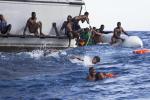 Barcone si rovescia al largo della Libia, almeno due migranti morti nel naufragio