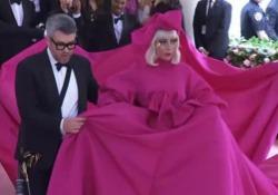 Pioggia di stelle al Met Gala a NY, sul red carpet lo spogliarello di Lady Gaga Ennesimo show della cantante che alla fine resta con indosso solo la biancheria intima - LaPresse