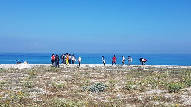 Scuole e volontari insieme per ripulire la spiaggia di San Ferdinando - Foto