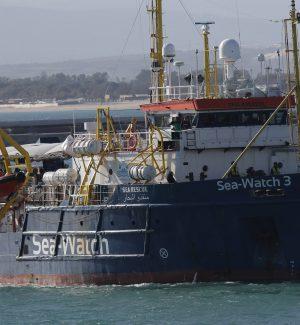 Sea Watch, dopo lo sbarco dei migranti in navigazione verso Licata: Salvini contro il procuratore Patronaggio