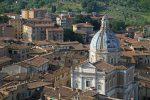 Effusioni nuda alla finestra davanti ad una scuola, denunciata a Siena