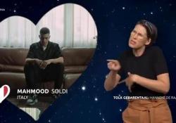 «Soldi» di Mahmood nella lingua dei segni è bellissima La canzone interpretata da Hanneke de Raaf con la sua incredibile espressività - Corriere Tv