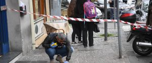 Sparatoria tra la folla a Napoli, tre feriti: grave una bambina di tre anni