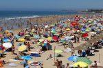 Occupavano la spiaggia libera di Soverato, sequestrati ombrelloni abusivi