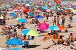 """Ombrellone selvaggio a Melito, stabilimenti """"dimezzati"""" dalla guardia costiera"""