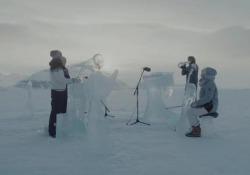 La musica risuona nel freddo. I suoni vibrano a -12 gradi, con strumenti scolpiti nel ghiaccio raccolto nelle acque del Polo Nord. Immagini spettacolari con le quali Greenpeace e i musicisti che hanno partecipato al progetto dell'organizzazione ambientalista hanno deciso di supportare la creaz...