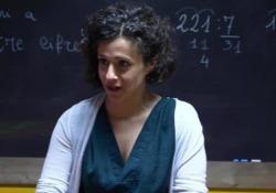 «Tutti sotto i banchi», che cosa vivono i bambini a scuola nelle zone di guerra - Corriere Tv