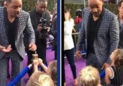 Will Smith alla prima di «Aladdin» esaudisce il desiderio delle gemelline come un vero genio della lampada L'attore porta la magia sul tappeto rosso della premiere - CorriereTV
