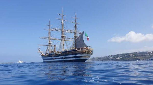 nave, Messina, Sicilia, Società