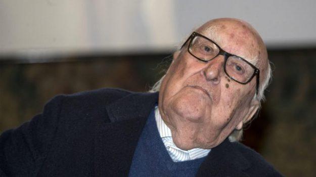 Addio ad Andrea Camilleri, papà di Montalbano: le foto della lunga carriera