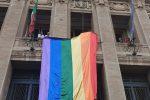 Pride dello Stretto a Messina, la bandiera arcobaleno esposta al Municipio