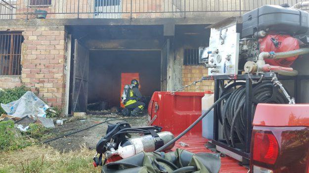 Incendio in uno stabilimento di lavorazione del miele a Siderno, distrutte centinaia di arnie - Foto