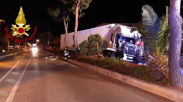 autocarro fuori strada, conducente ferito, incidente stradale, santa maria del cedro, vigili del fuoco, Cosenza, Calabria, Cronaca