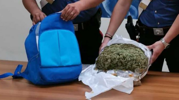 arresto crotone, droga, extracomunitario, marijuana, sostanze stupefacenti, Catanzaro, Calabria, Cronaca