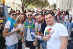 In duemila per il Pride dello Stretto a Messina, il corteo arcobaleno colora la città - Video