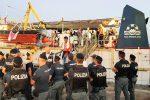 Sea Watch entrata a Lampedusa, il racconto dell'ultimo miglio - Foto