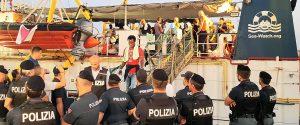 Lampedusa, la Sea Watch forza il blocco: comandante arrestata si scusa coi finanziari, migranti a terra