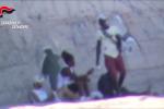 Droga sotto la sabbia per lo spaccio al Lido di Catanzaro - Video