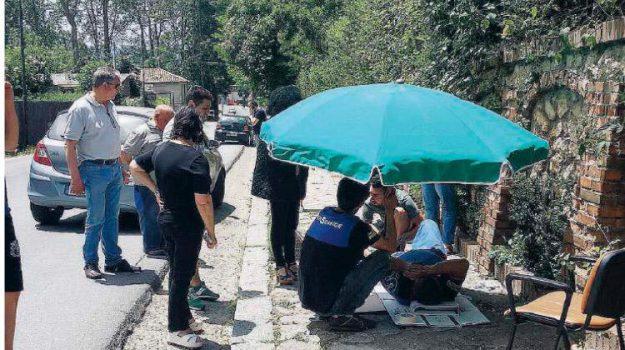 ambulanza, incidente tombino, serra san bruno, soccorso con l'ombrellone, Catanzaro, Calabria, Cronaca