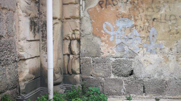 Messina, sos marciapiedi. Troppe erbacce. Da domani inizia la scerbatura