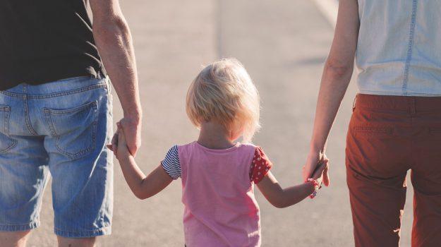 """Divorzio a Paola, mamma non favorisce """"contesto genitoriale"""": bimbo affidato al padre"""
