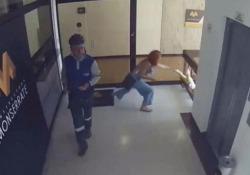 All'ultimo secondo: la mamma afferra il figlio prima che voli dalle scale La donna parla al cellulare e il bimbo si dirige verso le scale - CorriereTV