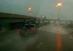 Aquaplaning: l'incidente in autostrada è inevitabile Houston: il guidatore perde il controllo del veicolo a causa delle forti piogge - CorriereTV
