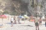 Tropea, auto va in fiamme a pochi metri dalla spiaggia