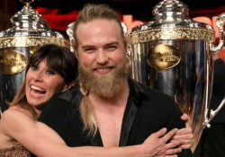 «Ballando con le Stelle», vince a sorpresa Lasse Matberg e finisce in pronto soccorso Il norvegese trionfa in coppia con Sara Di Vaira - Corriere Tv