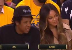 Beyoncé fulmina con gli occhi la donna che parla con il marito Jay-Z La scena ripresa durante la gara di basket Nba è diventata virale - CorriereTV