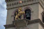 Messina, sul campanile del Duomo torna la bandiera del leone: simbolo della città