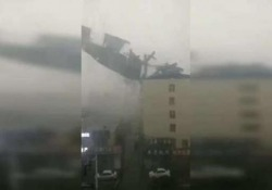 Cina: il forte vento si porta via il tetto Che poi finisce in un parcheggio e distrugge diverse macchine - CorriereTV