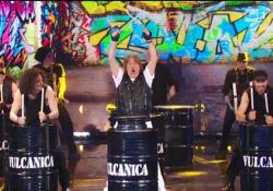 Columbro nel 2014 e la sua esibizione alle percussioni nello show di Rai Uno «Si può fare» Il conduttore fece l'apparizione in tv dopo alcuni anni di lontananza dalla tv - CorriereTV