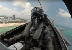 Dentro il cockpit di un F35 in volo acrobatico sopra Miami Beach Lo spettacolare video del pilota statunitense dell'US F-35A Demo Team - CorriereTV