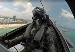 Dentro il cockpit di un F35 in volo acrobatico sopra Miami Beach Lo spettacolare video del pilota statunitense dell'US F-35A Demo Team - CorriereTV