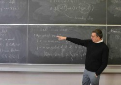 «Trascendere i propri limiti e dominare l'universo» è il motto impresso sulla Medaglia Fields attorno al volto di Archimede. Il prestigioso premio, considerato nell'ambito della matematica pari al Nobel, è stato assegnato nell'agosto 2018 ad Alessio Figalli, 34 anni, che si è forma...