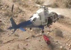 Escursionista 74enne recuperata dall'elisoccorso, ma la barella inizia a roteare all'impazzata Il salvataggio di routine in Arizona si trasforma in un incubo - CorriereTV