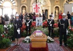 Franco Zeffirelli, il feretro a Firenze: applausi all'arrivo alla camera ardente Martedì 18 giugno i funerali in Duomo - CorriereTV