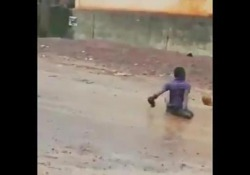 Gioca a calcio senza gambe: il web si mobilita per Satingi Satingi è un ragazzo della Sierra Leone, tifoso del Liverpool - Dalla Rete