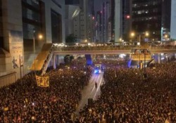 Hong Kong: arriva l'ambulanza e i manifestanti creano un corridoio per farla passare Le immagini impressionanti durante le proteste di domenica - CorriereTV