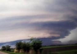 In mezzo alla tempesta: l'automobilista filma la supercella in Serbia Il video girato a Voivodína - CorriereTV