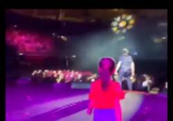 La figlia di Pieraccioni corre sul palco per dargli la mano, lui commosso Il video postato dal regista-attore su Instagram - CorriereTV