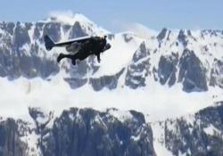 La nuova impresa di «Jetman»: in volo a 300 all'ora sulle Dolomiti Lo svizzero Yves Rossy vola con il jetpack sopra le montagne dell'Alto Adige - CorriereTV