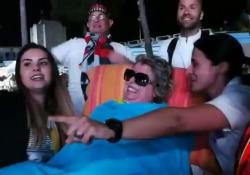 Laura ha realizzato il suo sogno, malata di sclerosi multipla va al concerto di Vasco Rossi a Cagliari Il cantante le ha fatto avere il biglietto nonostante il live fosse sold out - CorriereTV