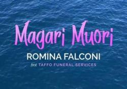 «Magari muori», la canzone per l'estate dell'agenzia funebre Taffo È un Reggaeton cantato da Romina Falconi - CorriereTV