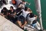 Sbarco a Crotone di 30 migranti, il video dell'arrivo al porto