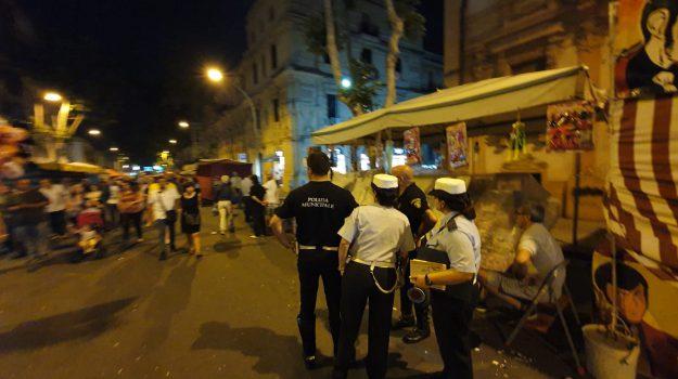 Notte bianca di Sant'Antonio a Messina, tensione durante la festa: ambulanti contro i vigili per i controlli - Video